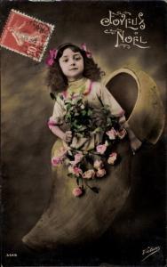 Ak Glückwunsch Weihnachten, Mädchen in Holzschuh mit Rosen