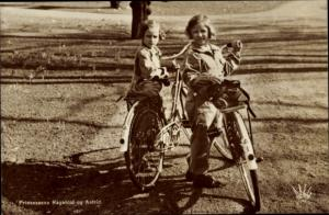 Ak Prinzessinnen Ragnhild und Astrid von Norwegen, Portrait, Fahrräder