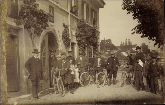 Ak Gruppenbild mit Fahrrädern 0