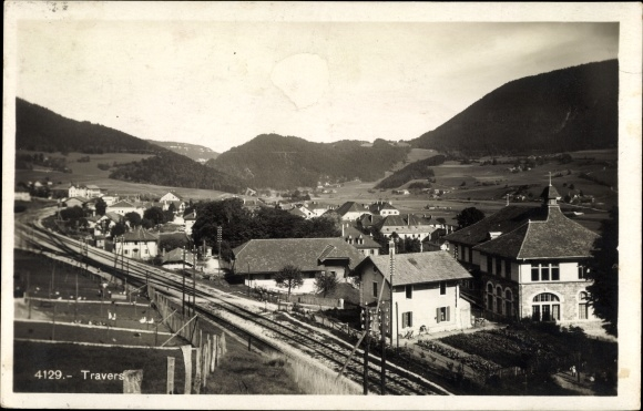 Ak Travers Val de Travers Kanton Neuchatel, Panorama vom Ort, Eisenbahnstrecke 0