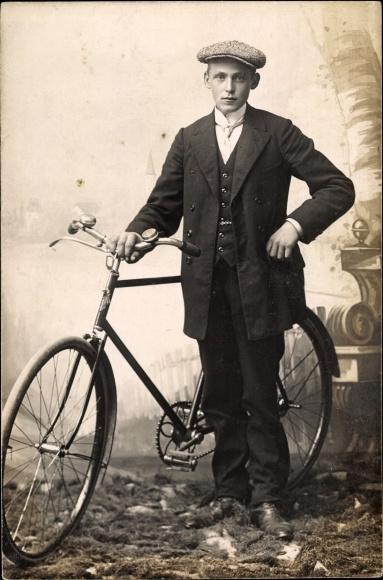 Ak Junger Mann mit Fahrrad, Portrait 0
