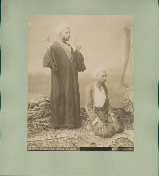 Foto Arabes faisant la priere du Soir, Araber beim Abendgebet 0