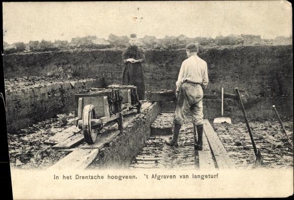 Ak Drenthe Niederlande, 't Afgraven van langeturf, Torfstecher 0