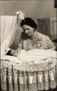 Ak Prinzessin Sibylla von Schweden mit Prinzessin Desirée in der Wiege