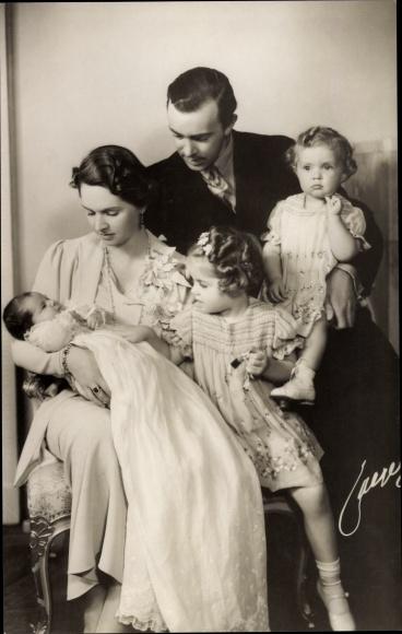 Ak Erbprinz Gustav Adolf von Schweden mit Ehefrau Sibylla und Kindern 0