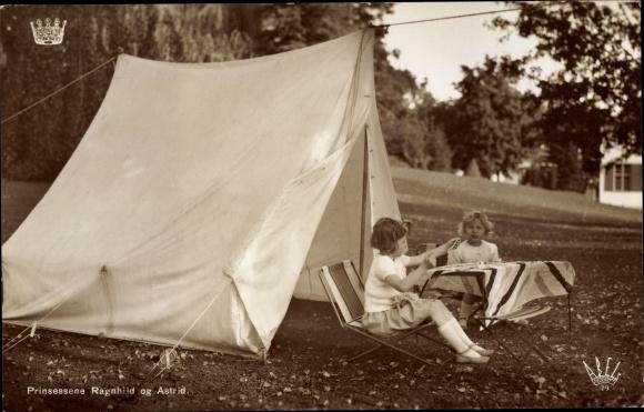 Ak Prinzessinnen Ragnhild und Astrid von Norwegen, Portrait beim Camping 0