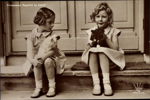 Ak Prinzessinnen Ragnhild und Astrid von Norwegen, Portrait mit Katzenjungen 0