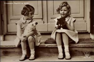 Ak Prinzessinnen Ragnhild und Astrid von Norwegen, Portrait mit Katzenjungen