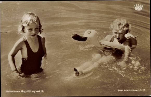 Ak Prinzessinnen Ragnhild und Astrid von Norwegen, Portrait beim Baden 0