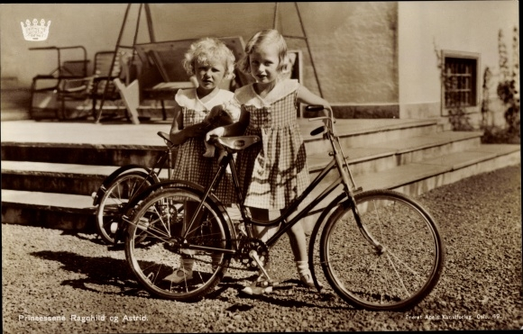 Ak Prinzessinnen Ragnhild und Astrid von Norwegen, Portrait mit Fahrrädern 0