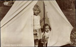 Ak Prinzessinnen Ragnhild und Astrid von Norwegen, Portrait beim Camping