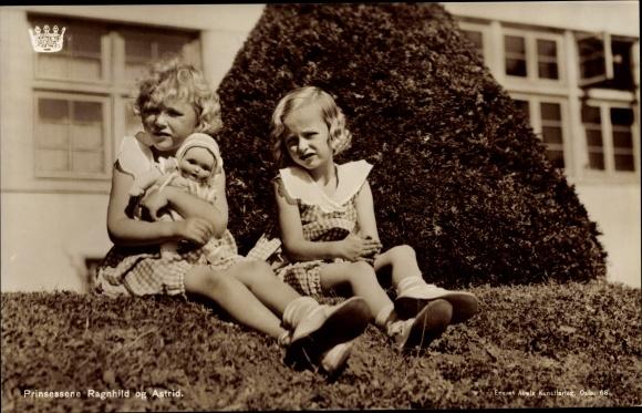 Ak Prinzessinnen Ragnhild und Astrid von Norwegen, Portrait auf Gartenhecke, Puppe 0