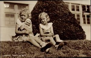 Ak Prinzessinnen Ragnhild und Astrid von Norwegen, Portrait auf Gartenhecke, Puppe