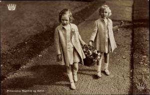 Ak Prinzessinnen Ragnhild und Astrid von Norwegen, Portrait mit Blumenkorb