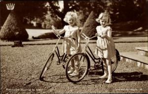 Ak Prinzessinnen Ragnhild und Astrid von Norwegen, Portrait mit Fahrrädern