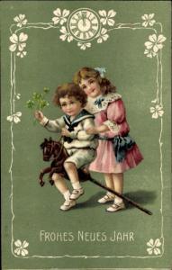 Präge Ak Glückwunsch Neujahr, Junge auf Steckenpferd, Mädchen, Uhr, Klee