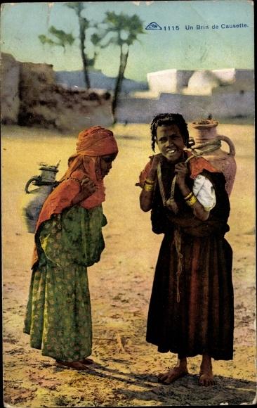 Foto Ak Un Brin de Causette, ein kleines Gespräch, Afrikanische Frauen beim Wasser holen 0