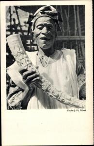 Ak Küste Westafrika, Afrikaner mit fein geschnitztem Elfenbein Stoßzahn