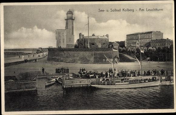 Ak Kołobrzeg Kolberg Pommern, Am Leuchtturm 0