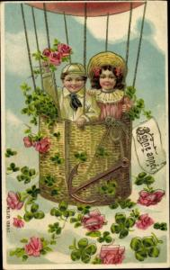 Ak Glückwunsch Neujahr, Junge und Mädchen in Heißluftballon, Kleeblätter, Rosen