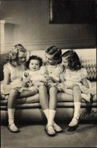 Ak Prinzessinnen Margaretha, Brigitta, Desirée und Christina von Schweden, Portrait, Rassel