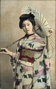 Ak Geisha im Kimono mit Schirm
