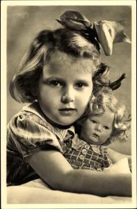 Foto Ak Mädchen mit Schleife im Haar und Puppe im Arm