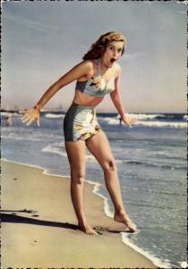 Ak Blondine in Bikini am Strand
