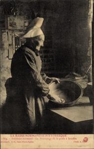 Ak Interieur Normand, Le Nettoyage de la poele a bouillie, Köchin aus der Normandie in Tracht