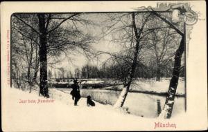 Ak München, Isarpartie beim Aumeister, Winterlandschaft, Jäger mit Hund