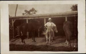 Foto Ak Guadeloupe, Kolonialist sitzt verkehrt herum auf Esel