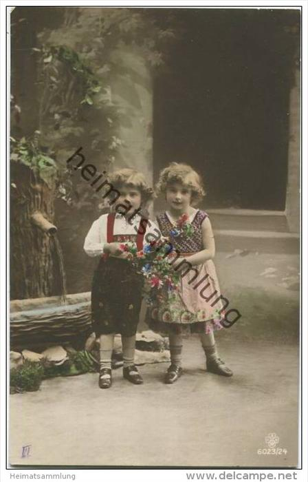 Kinder in Tracht - Lederhose - Blumen - Brunnen ca. 1915