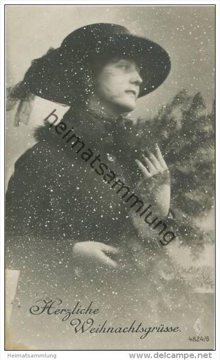 Herzliche Weihnachtsgrüsse - Junge Frau im Schneegestöber