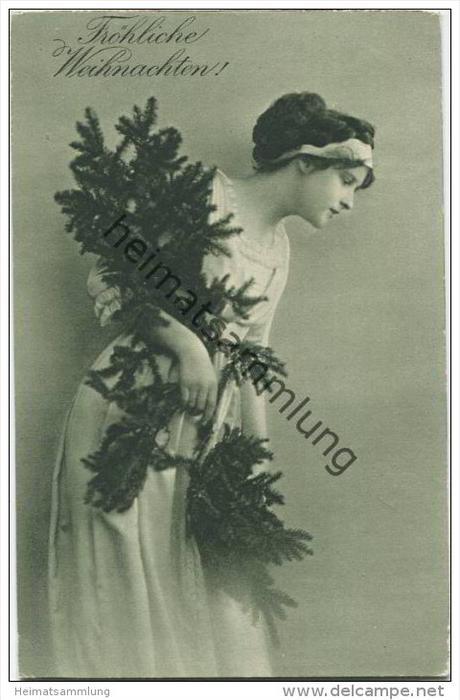 Fröhliche Weihnachten - Junge Frau mit Tannengrün