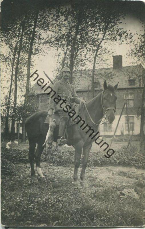 Soldat zu Pferd mit erlegtem Hasen