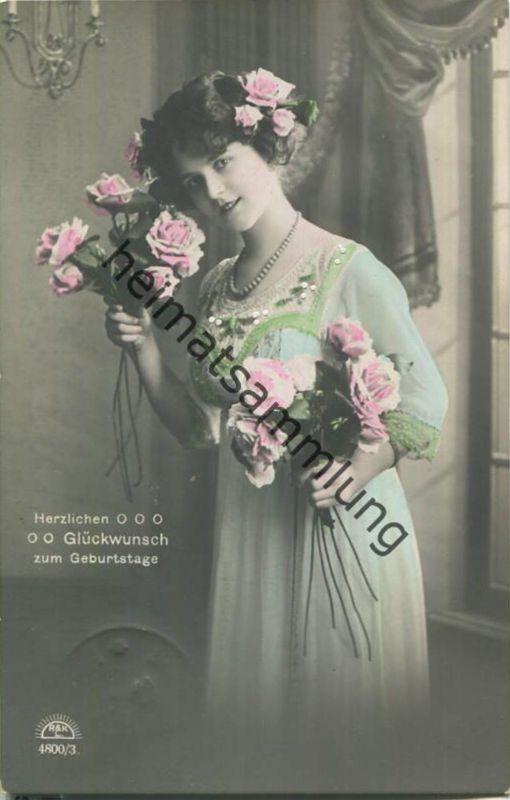 Herzlichen Glückwunsch zum Geburtstage - Frau mit Blumenstrauss