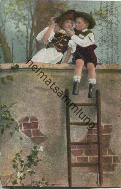 Junge und Mädchen sitzen auf einer Mauer - Künstler-Ansichtskarte