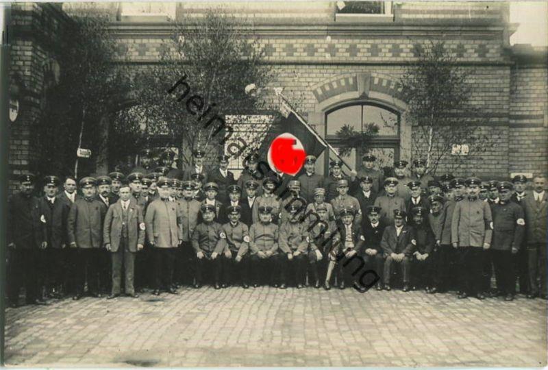 Gruppe - Uniform - Armbinden - Flagge - Foto-Ansichtskarte