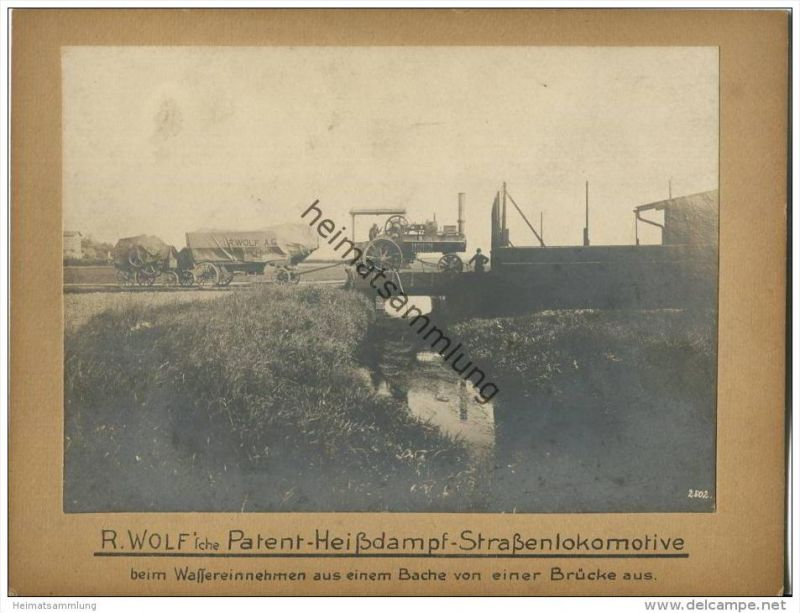 R. Wolf 'sche Patent Heissdampf Strassenlokomotive beim Wassereinnehmen von einer Brücke aus - R. Wolf A.G. Magdeburg-Bu