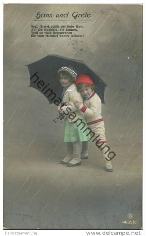 Hans und Grete unter einem Regenschirm - handcoloriert