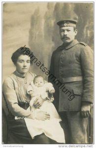 Soldat mit Frau und Kind - Foto-AK - Fotoatelier Jos. Werner München Isartorplatz 2 - Rückseite beschrieben