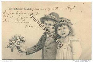 Zwei Kinder mit Blumenstrauss