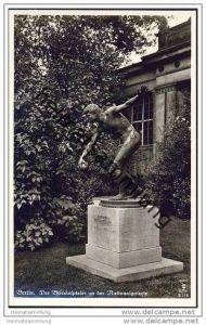 Berlin-Mitte - Der Boccia-Spieler an der Nationalgalerie - Foto-AK 30er Jahre