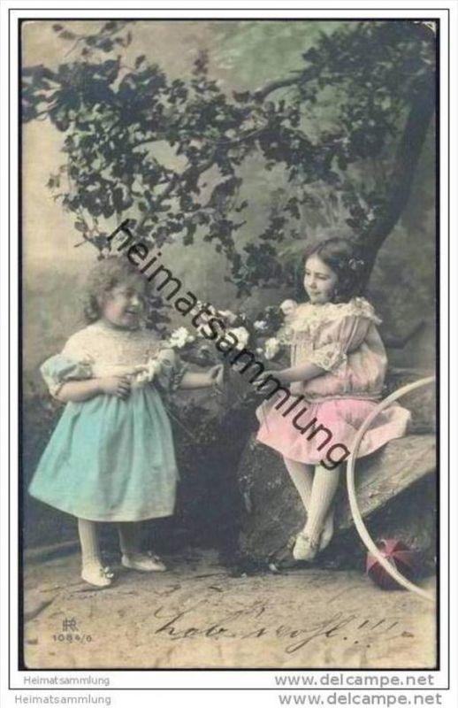 Zwei Mädchen unter einem Baum - handcoloriert
