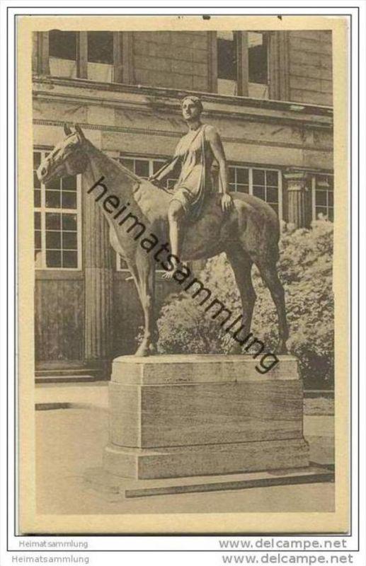 Berlin - Denkmal - Amazone vor der Nationalgalerie - gelaufen nach Ketmanshoop 0