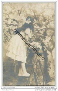 Mädchen beim Blüten pflücken - Foto-AK