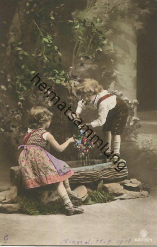 Kinder in Tracht - Blumen - Brunnen - Rückseite beschrieben 1915