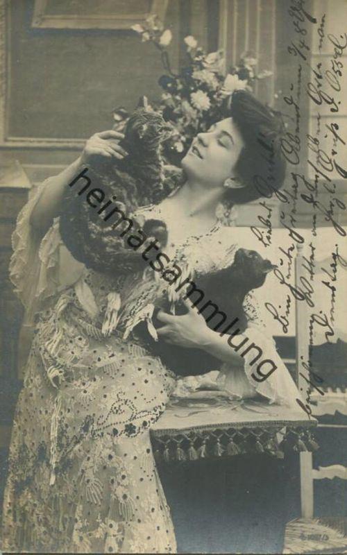 Junge Frau mit Katzen - gel. 1905