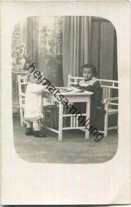 Kinder am Spieltisch - Foto-Ansichtskarte - Verlag Photographisches Atelier Rich. Schmid Urach
