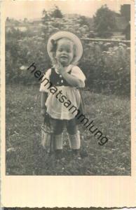 kleines Mädchen auf der Wiese - Foto-Ansichtskarte